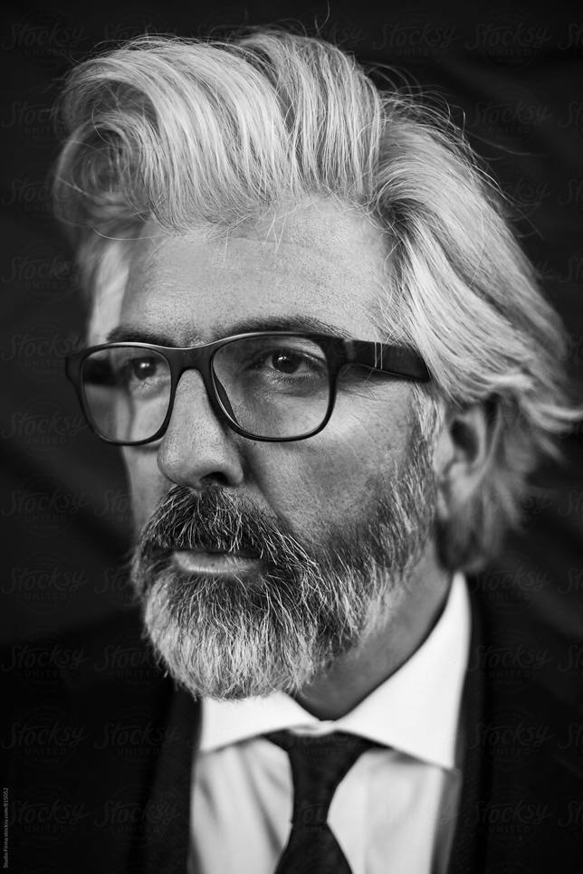 Mann mit langen Haaren und Brille / Man with long hair and glasses